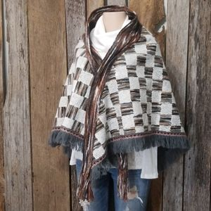 BRAND NEW! BOUTIQUE IMPORT YARNED KNIT SHAWL!